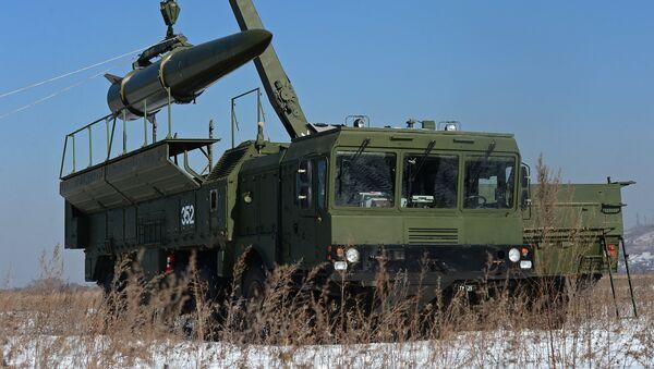 Загрузка ракеты транспортно-заряжающий машиной на самоходную пусковую установку оперативно-тактического ракетного комплекса Искандер-М - Sputnik Латвия
