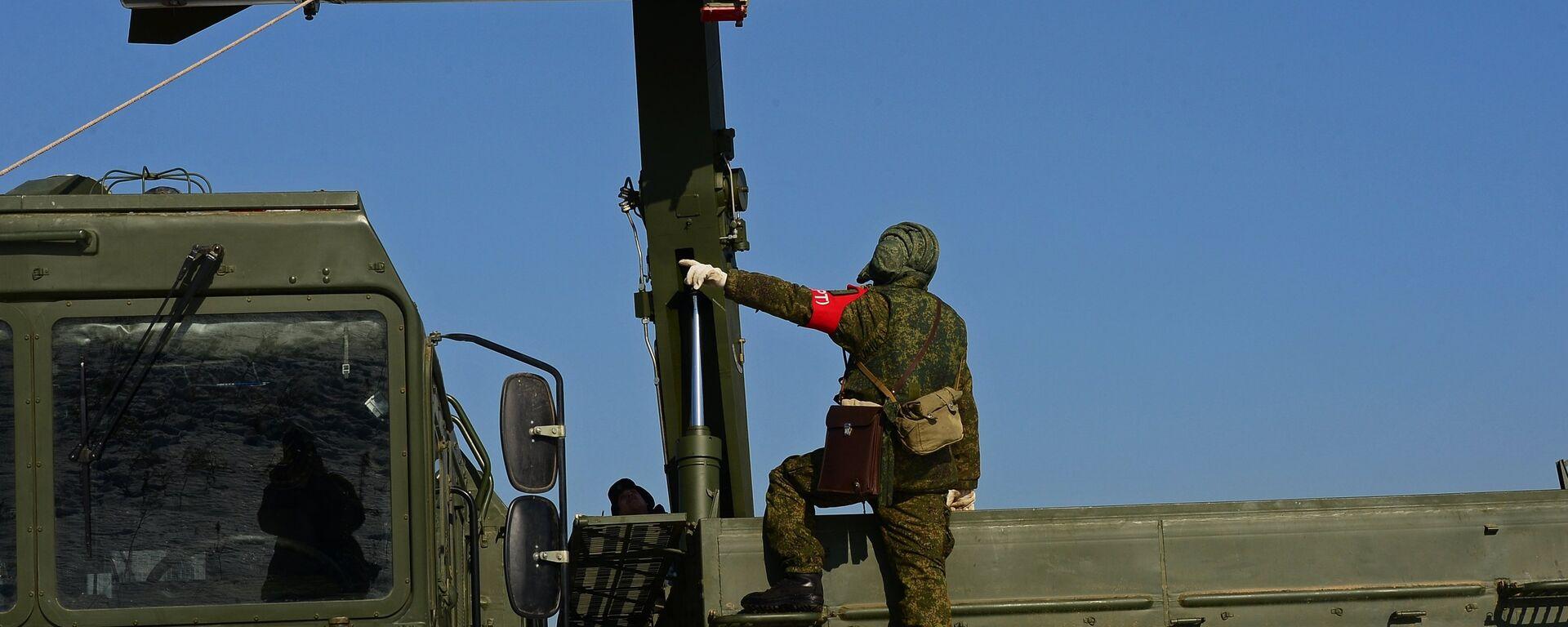 Загрузка ракеты транспортно-заряжающий машиной на самоходную пусковую установку оперативно-тактического ракетного комплекса Искандер-М - Sputnik Латвия, 1920, 15.06.2020