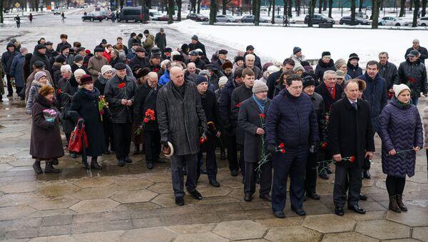 23 февраля у Памятника Освободителям собрались представители посольств Беларуси и России, ветераны войны и военной службы, предствители общественных организаций Риги - Sputnik Латвия