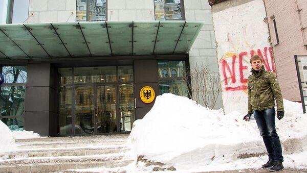 Алексей Гончаренко написал на фрагменте Берлинской стены слово нет по-немецки - Sputnik Латвия
