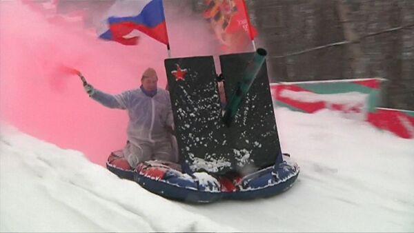 Катание с горки верхом на пушке: в Москве прошел фестиваль необычных саней - Sputnik Латвия