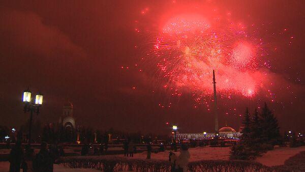 Праздничный салют в Москве в честь Дня защитника Отечества - Sputnik Латвия