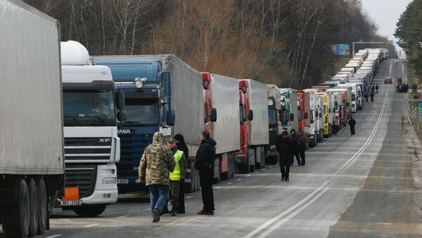 Очереди из грузовиков перед таможней в Польше - Sputnik Latvija