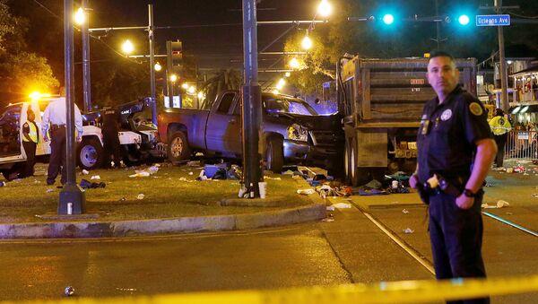 Automašīna ietriekusies cilvēku pūlī Ņūorleānas parādē - Sputnik Latvija