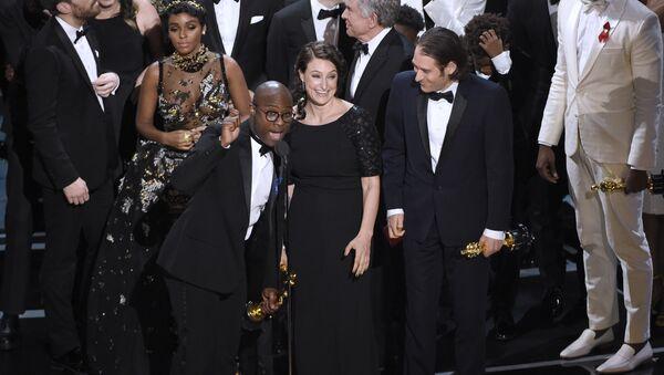 Вручение Оскара за лучший фильм Лунный свет на церемонии в Лос-Анджелесе 26 февраля 2017 года - Sputnik Latvija