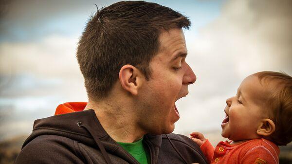 Отец с маленьким ребенком - Sputnik Латвия