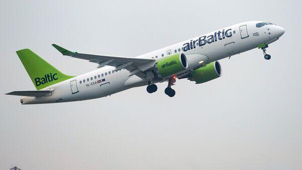 Взлет самолета Boeing 737-36Q авиакомпании AirBaltic из аэропорта Рига - Sputnik Латвия