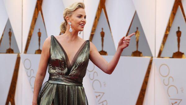 Голливудская актриса Шарлиз Терон на церемонии вручения кинопремии Оскар - Sputnik Латвия