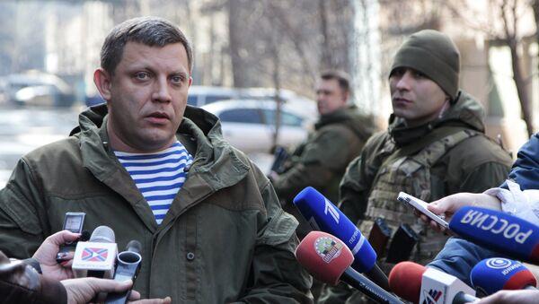 Глава Донецкой народной республики Александр Захарченко (слева) отвечает на вопросы журналистов - Sputnik Latvija