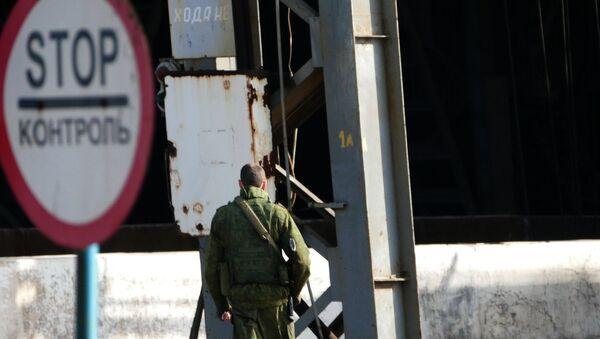 Военнослужащий Донецкой народной республики (ДНР) на территории Юзовского металлургического завода в Донецке - Sputnik Латвия