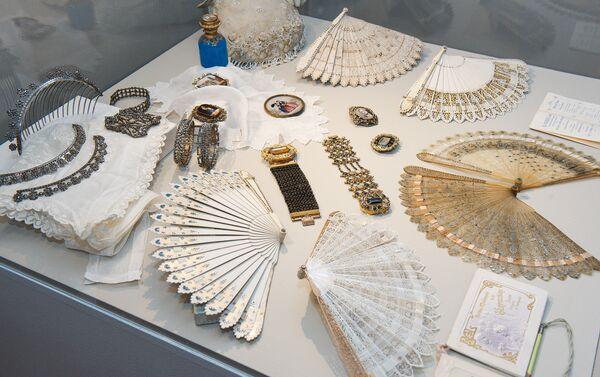 Бальные аксессуары девятнадцатого века – веера, броши, диадемы, браслеты - Sputnik Латвия
