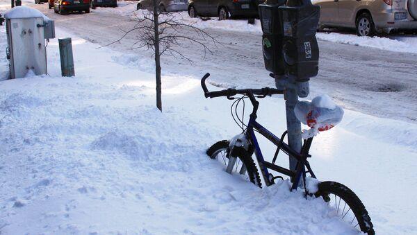 Занесенный снегом велосипед - Sputnik Latvija