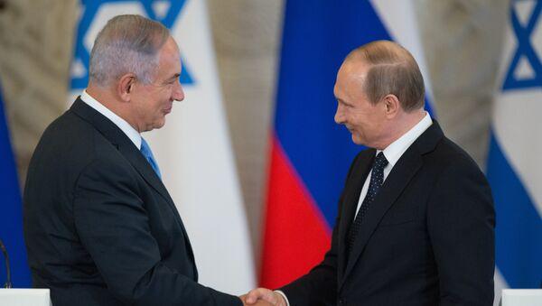 Президент России Владимир Путин (справа) и премьер-министр Израиля Биньямин Нетаньяху во время совместной пресс-конференции - Sputnik Латвия
