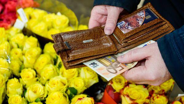 Покупка цветов 8 марта обходится не дёшево - Sputnik Латвия