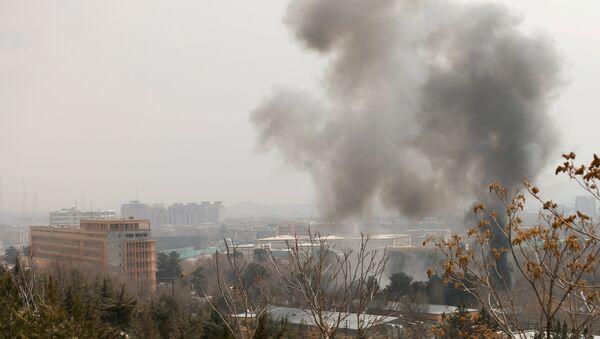 Столб дыма поднимается около полицейского штаба после подрыва смертника в афганском Кабуле 8 марта 2017 года - Sputnik Латвия