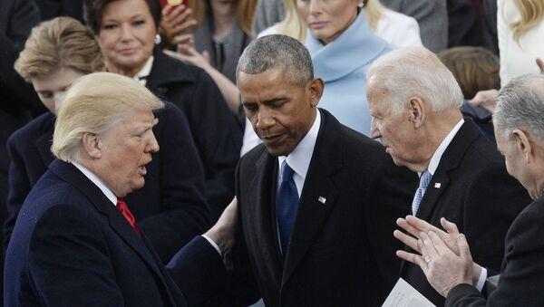 Президент США Дональд Трамп и бывший президент США Барак Обама на инаугурации - Sputnik Latvija