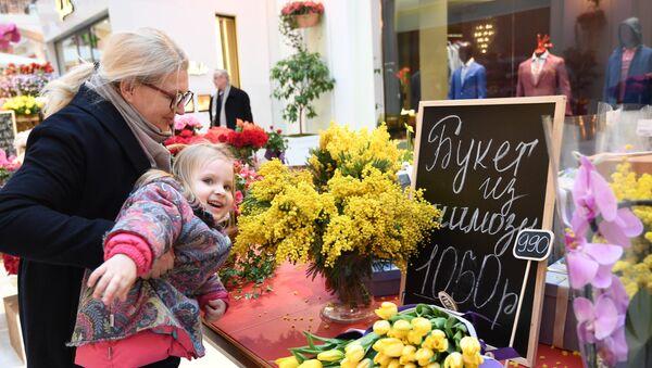 Apmeklētāji Pavasara ziedu tirdziņā - Sputnik Latvija