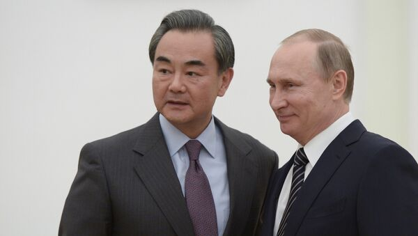 Президент России Владимир Путин и министр иностранных дел Китая Ван И во время встречи в Кремле - Sputnik Латвия