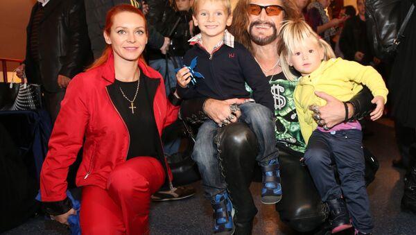 Певец Никита Джигурда с супругой фигуристкой Мариной Анисиной и их детьми - Sputnik Латвия