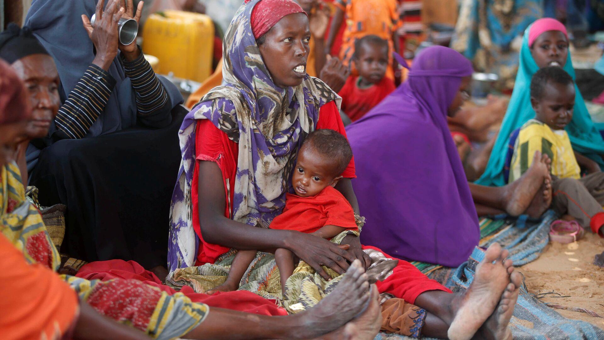 Женщины с детьми в лагере в столице Сомали городе Могадишо - Sputnik Latvija, 1920, 13.03.2021