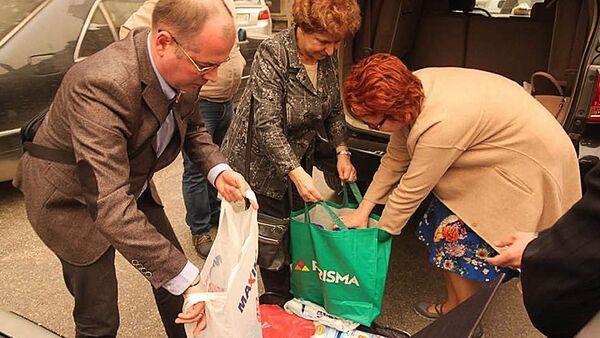 Депутаты ЕП Андрей Мамыкин, Татьяна Жданок и Яна Тоом передают детские молочные смеси на улице Алеппо - Sputnik Latvija