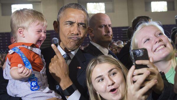 Барак Обама фотографируется со сторонниками Хиллари Клинтон - Sputnik Латвия