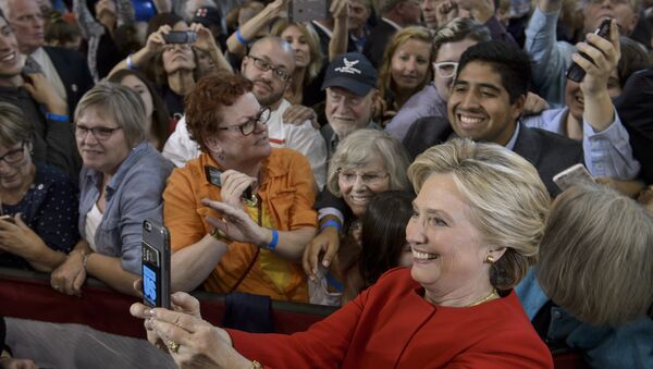 Хиллари Клинтон делает селфи со своими сторонниками  - Sputnik Latvija