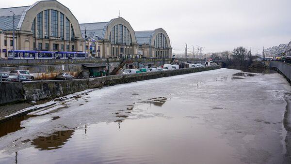 Вид на павильоны Центрального рынка от городского канала - Sputnik Latvija