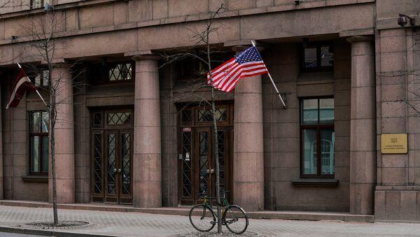 Американский флаг на здании Министерства обороны Латвии - Sputnik Латвия