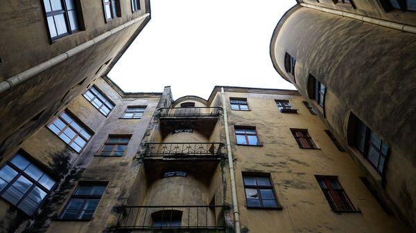 Заброшенный дом со стороны двора - Sputnik Latvija