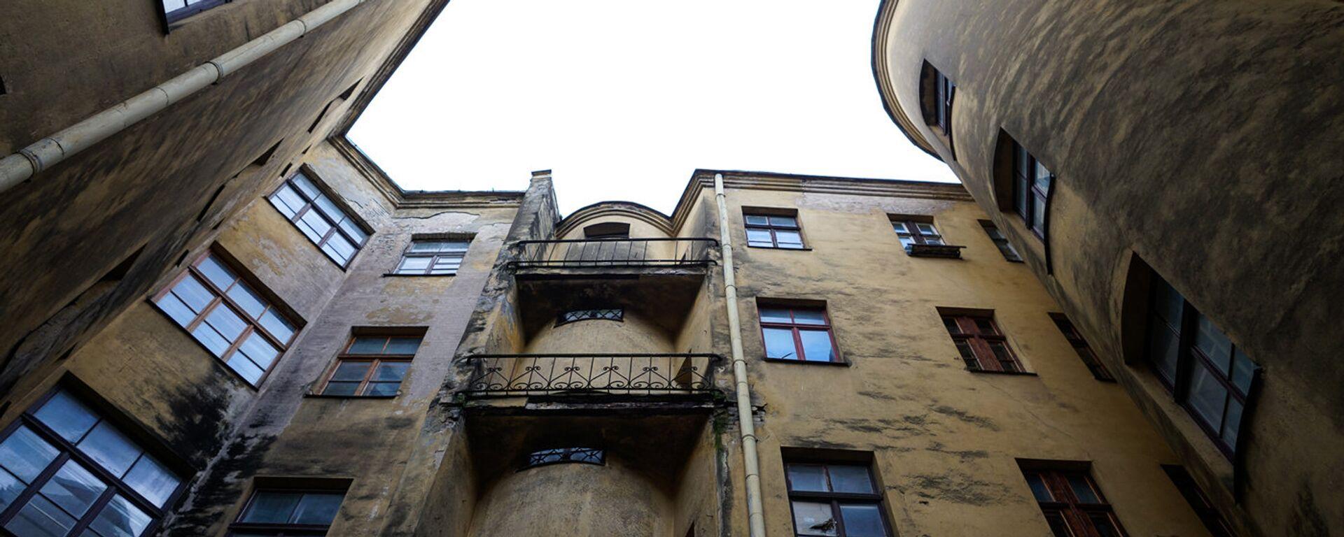 Заброшенный дом со стороны двора - Sputnik Латвия, 1920, 26.06.2021