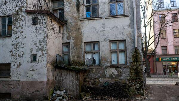 Вид со двора на аварийный дом на улице Миера - Sputnik Latvija