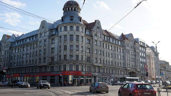 У заброшенного дома на углу улиц Бривибас и Миера используется только первый этаж - Sputnik Латвия