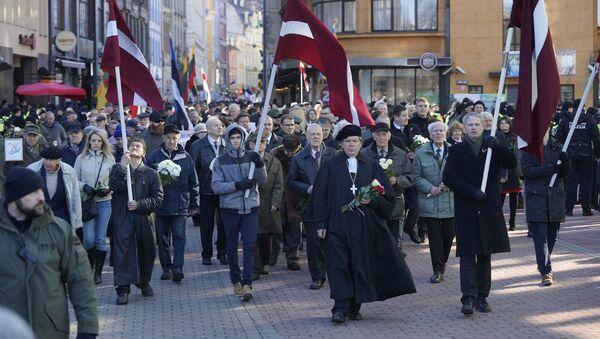 Участники шествия легионеров в Риге - Sputnik Латвия