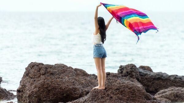 Девушка на берегу с радужным платком - Sputnik Latvija