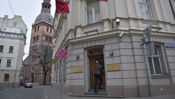 Мужчина входит в здание Trasta Komercbanka - Sputnik Латвия