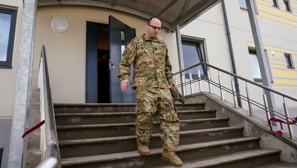 Американский военный доволен осмотром новой казармы на авиабазе Лиелварде - Sputnik Латвия