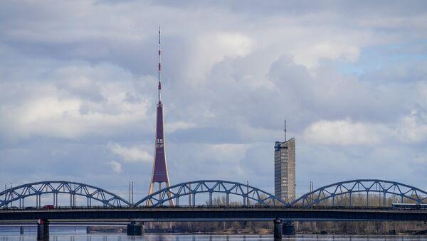 Железнодорожный мост через Даугаву на фоне телевизионной башни и Латвийского телецентра - Sputnik Латвия