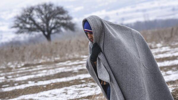 Мигрант на македонской границе  - Sputnik Latvija