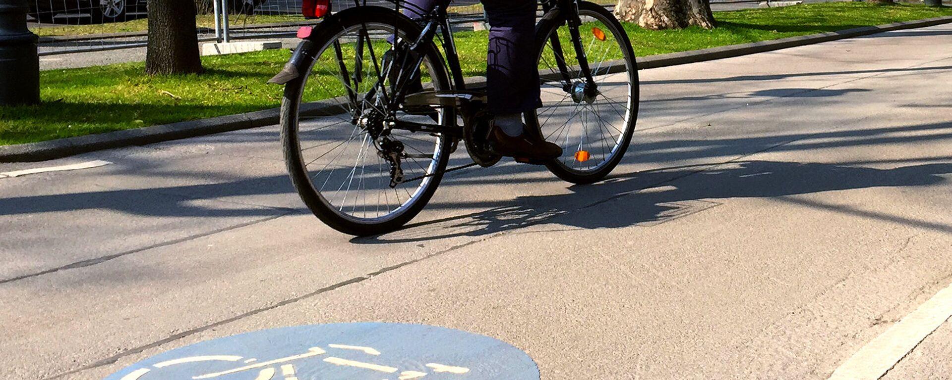 Велосипед на велодорожке - Sputnik Латвия, 1920, 05.08.2020