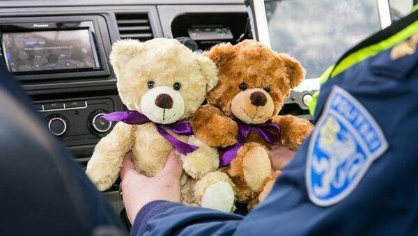 Плюшевые мишки в полицейской машине - Sputnik Латвия