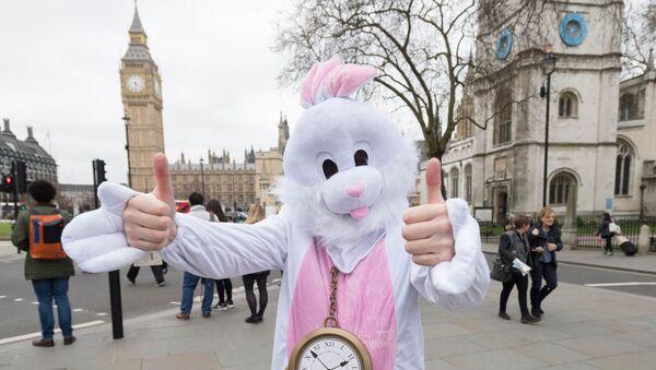 Человек в костюме Белого Кролика - персонажа Алисы в стране Чудес Л. Кэролла - у здания Парламента в Лондоне во время акции протеста против выхода Великобритании из Европейского Союза - Sputnik Latvija