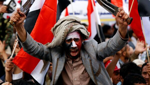 Мужчина размахивает кинжалами во время празднования годовщины военного вмешательства коалиции под руководством Саудовской Аравии в Сане, Йемен - Sputnik Latvija