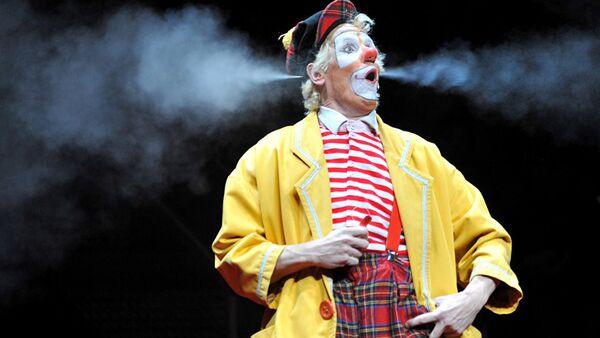 Клоун на арене цирка. Архивное фото - Sputnik Латвия