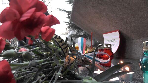 Цветы в память о жертвах теракта в Петербурге - Sputnik Латвия