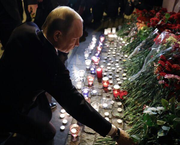 Президент РФ В. Путин возложил цветы у станции метро Технологический институт - Sputnik Latvija