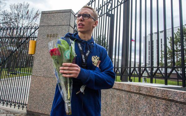 Цветы у посольств РФ в странах мира в память о погибших при взрыве в Санкт-Петербурге - Sputnik Latvija