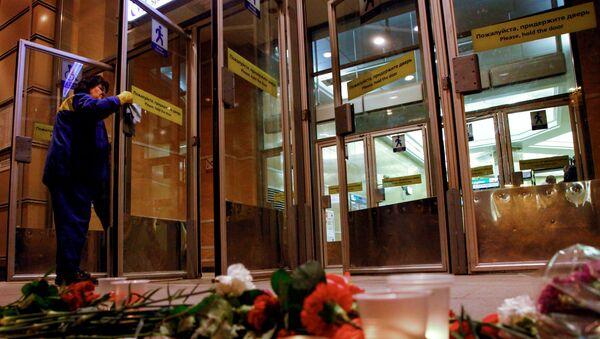 Цветы в память о погибших в метро Санкт–Петербурга - Sputnik Латвия