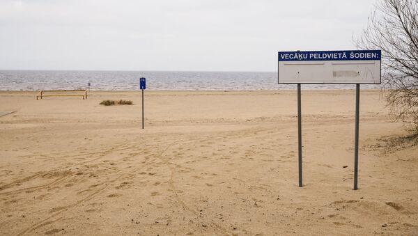 Информационный знак на пляже Вецаки - Sputnik Латвия