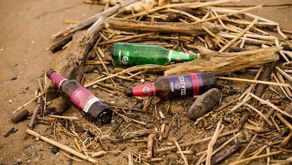 На пляже Вецаки довольно чисто, но встречаются и островки мусора - Sputnik Латвия